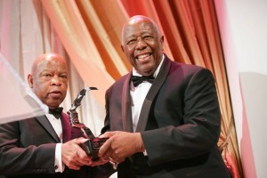 Hank Aaron accept award with Senator Lewis