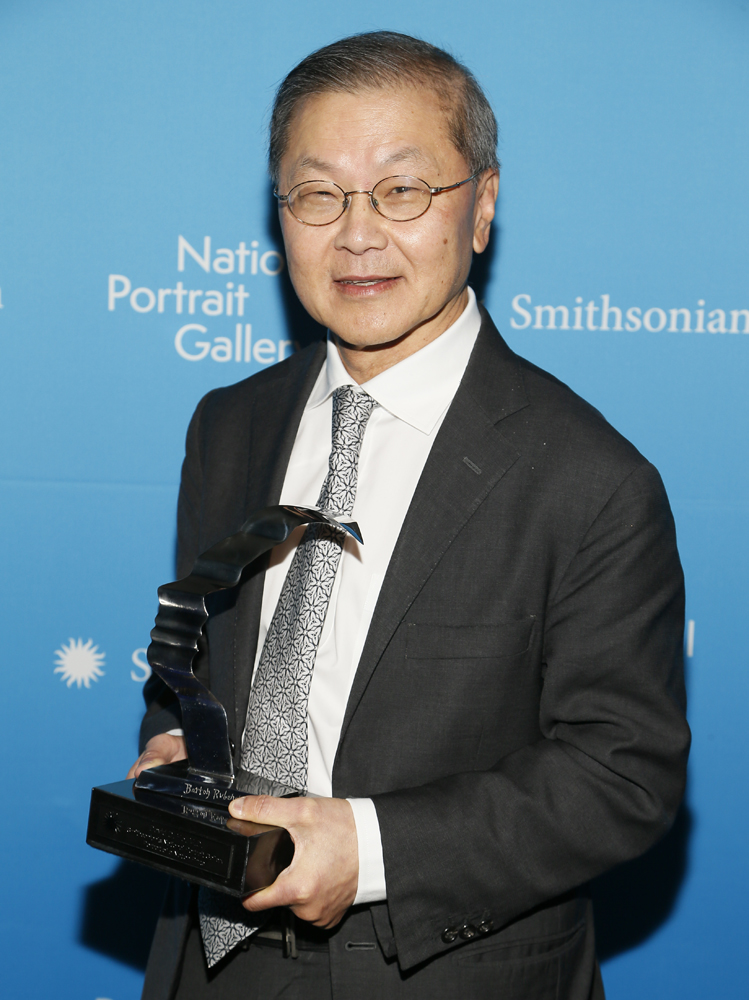 Dr. David Ho with Prize, 2017